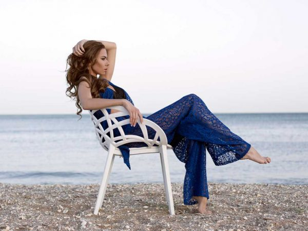 sentada-frente-a-la-playa